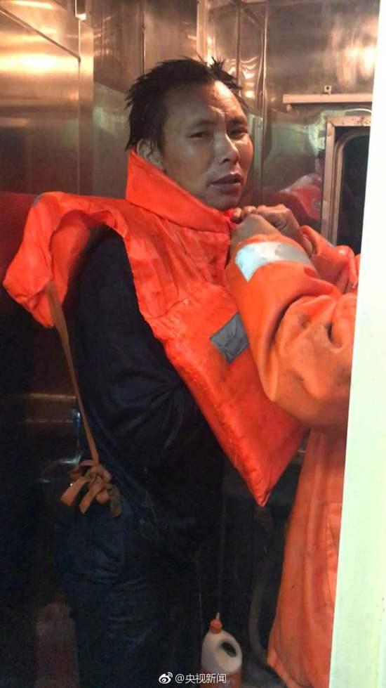 浙江临海附近水域一货轮翻扣遇险 2人获救2人失踪