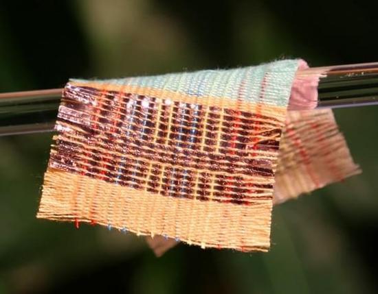 奇妙织物可从阳光和运动中汲取能量:成本低量产有望
