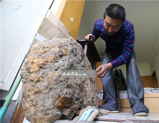 12万买块陨石一文不值 鉴定为假的 - 点击图片进入下一页