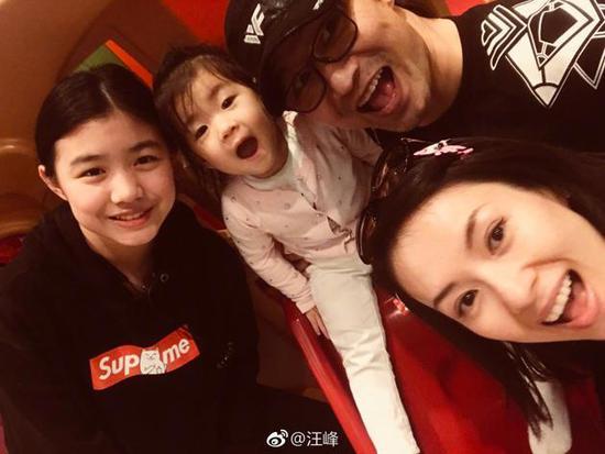 汪峰章子怡一家人