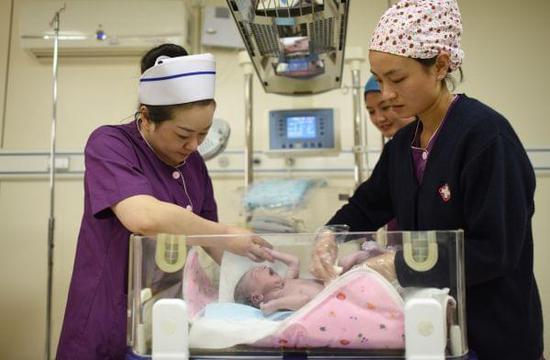 """外媒称中国""""二孩""""政策成果显现:新出生婴儿增长131万"""