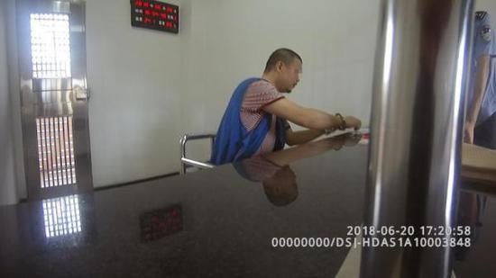 一名犯罪嫌疑人被抓后正在做笔录。 广东省公安厅 供图