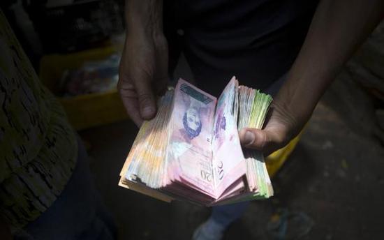 通货膨胀达32714% 委内瑞拉发行新货币去掉5个零