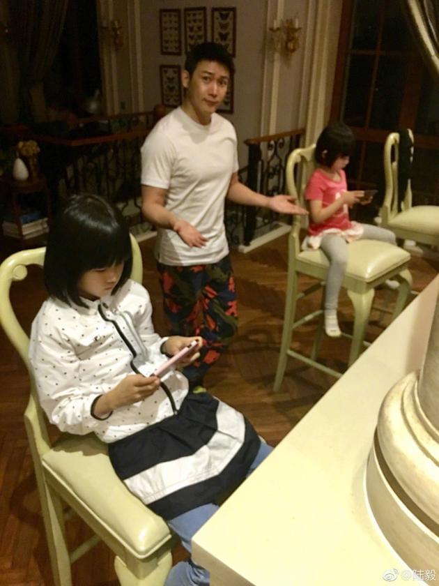 贝儿和妹妹玩游戏无视老爸 陆毅一脸无奈花裤抢镜