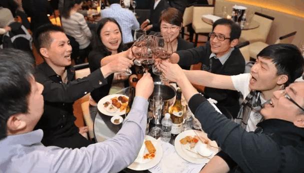 社交中 怎么得体准确地赞美对方懂红酒?