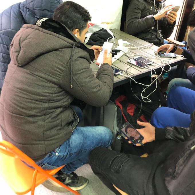 """手机电量有多重要?甚至可能成为难民的""""生命线"""""""