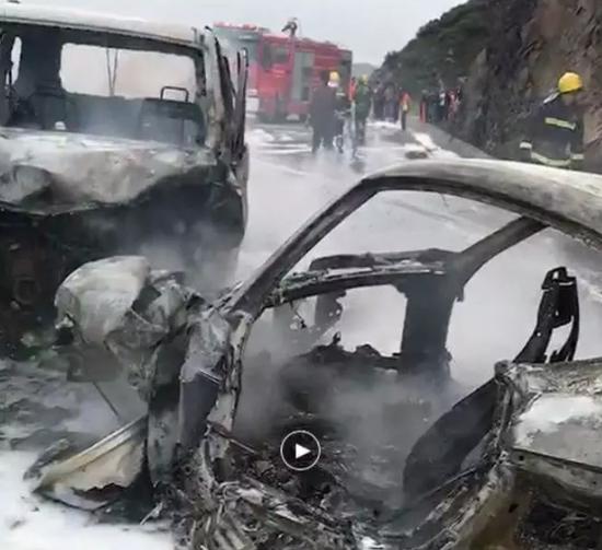 两辆事故车烧成骨架