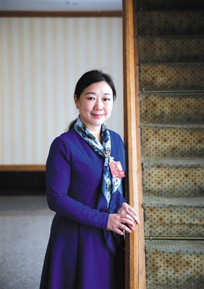 3月12日,十三届全国人大一次会议浙江省代表团,全国人大代表蒋胜男接受媒体采访。 新京报记者 薛珺 摄