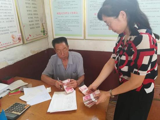 高考生父母遇车祸一死一伤 村民捐款11万余元助学