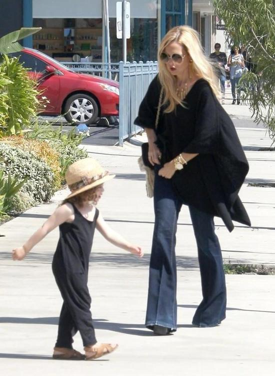 Rachel Zoe带着小儿子Kaius Berman在比弗利山庄遛弯
