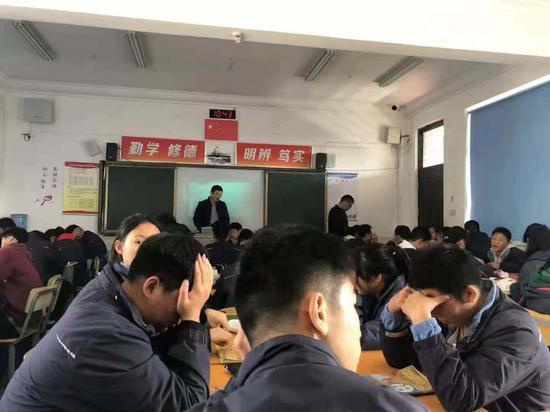 6人一组,一个60人左右的班大概分成了10组