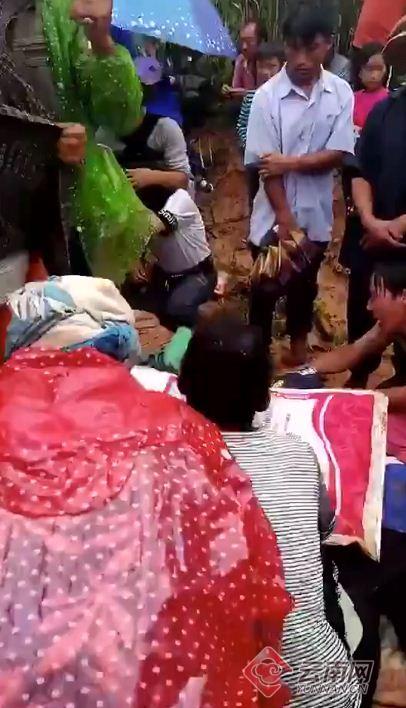 云南丘北县7名儿童上山捡菌子遭雷击 致4死3伤