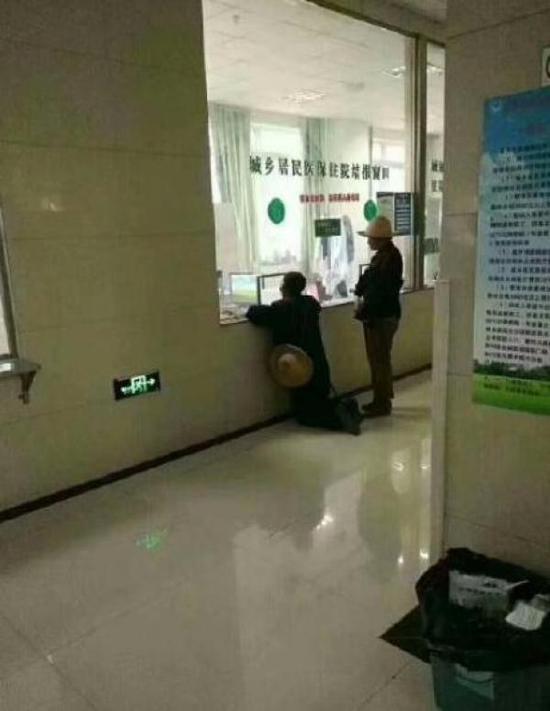 老人在医院窗口前双膝跪地
