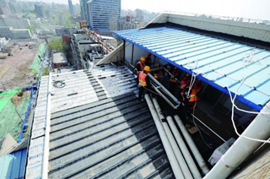 北京一小区楼顶现违建豪宅:40间 共2400余平米