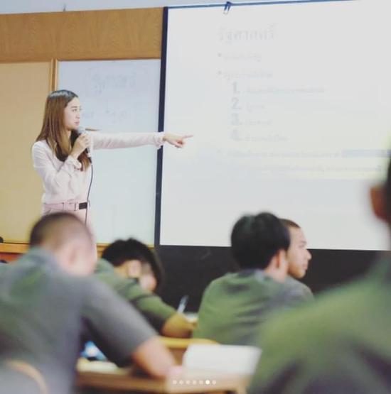 泰国女博士当老师走红 遭学生围堵拍照