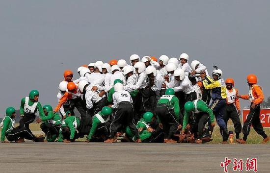 印度军方表演队欲创世界纪录 几十人挤一辆摩托车