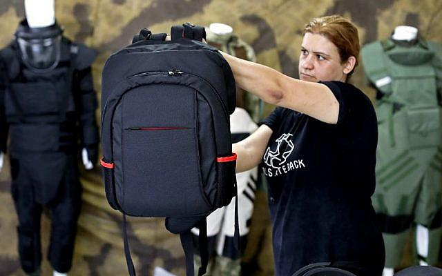 学生防弹包在美国火了:重5公斤 AR