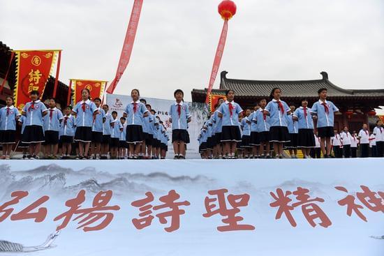 4月4日,小学生在活动现场集体朗诵杜甫诗歌。新华社记者 李博 摄