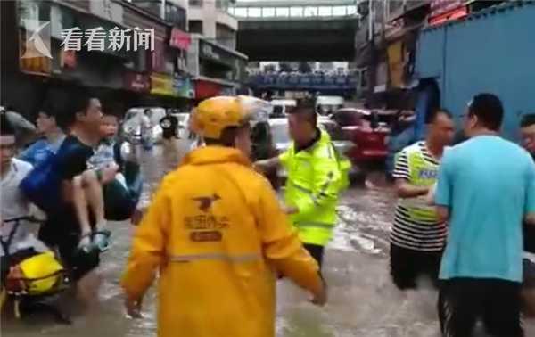 男子积水中晕倒不省人事 外卖小哥直接跳下去救人