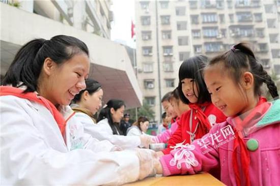 """重庆市永川区:医务人员为学生""""把脉""""健康"""