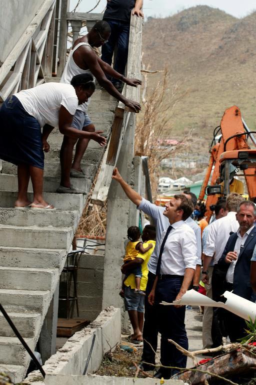 马克龙1年后重返圣马丁岛视察灾情 遭民众比中指