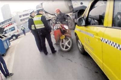 酒驾摔倒赖出租车 欲讹人百元反被罚千元
