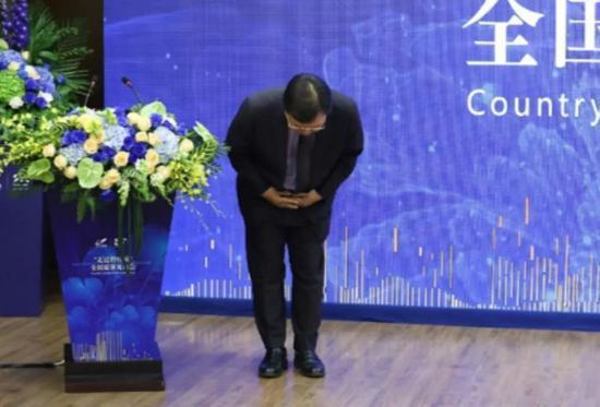 8月3日,碧桂园集团行政总裁莫斌上台鞠躬致歉。来源:被访者供图