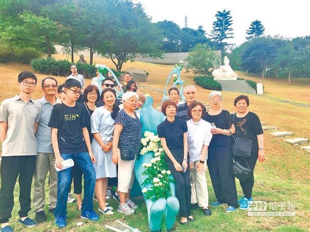台湾坠机身亡导演齐柏林纪念碑揭牌 周美青到场
