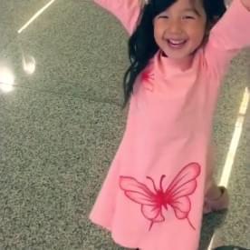 """小泡芙化身""""神力女超人"""" 在机场奔跑做运动"""