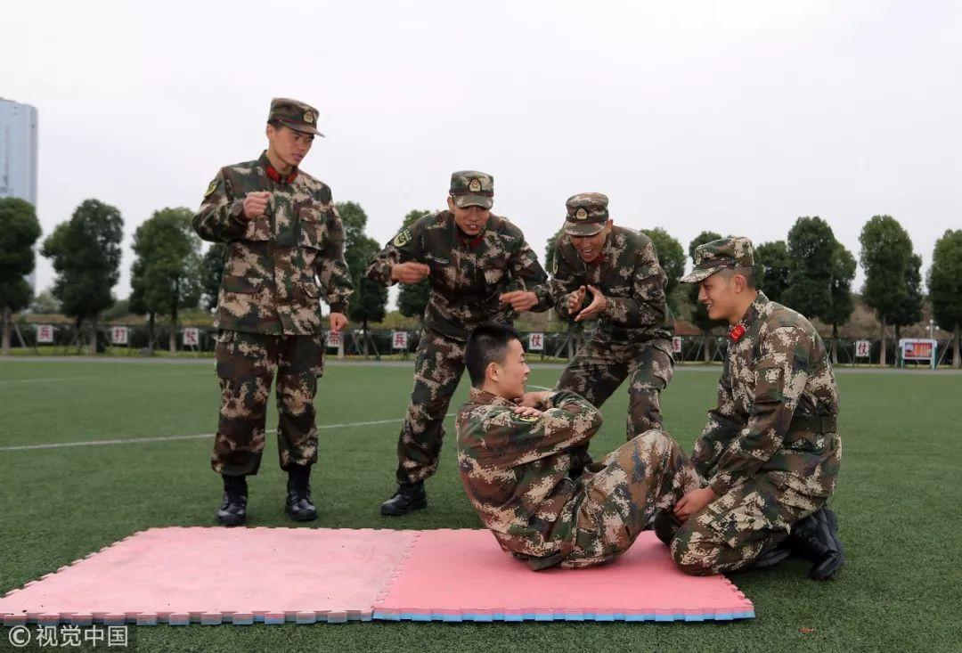 2017年11月20日,武警成都支队一名武警何东,双臂胸前交叉用时4小时做了5210个仰卧起坐,打破支队单项记录 / 视觉中国