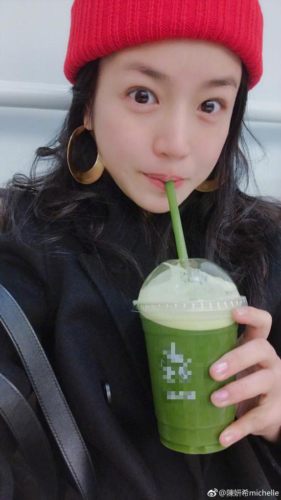 陈妍希素颜自拍忙打卡