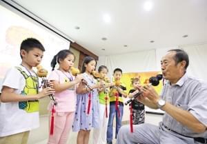 学吹葫芦丝 青少年体验民族文化(图)