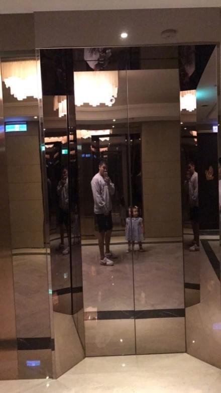欧弟与女儿电梯前自拍 萌娃穿裙子戴小花超可爱