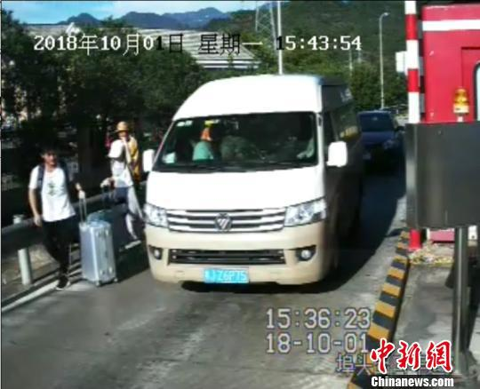 """浙江高速一男子为""""省路费""""伪造7座证硬塞17人上路"""
