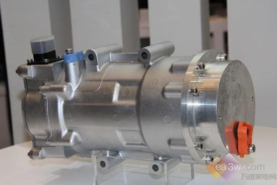 新能源车用空调压缩机也是AWE展会上的亮点之一。海立的新能源车用项目适用于混合动力、纯电动、燃料电池车型,已在国内多家车企生根开花。其产品凭借了涡旋流体压缩机、永磁同步电机、360度变频控制这三大核心技术,再加上柔性涡旋变频制冷技术,使得该产品可耐液体冷媒冲击好、运转平稳、噪音振动小。