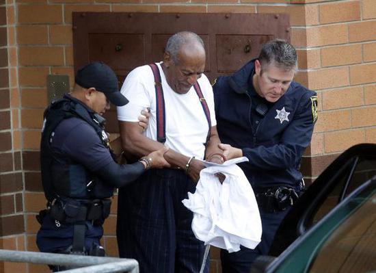 比尔·科斯比离开法庭时被锁上手铐!(美联社)