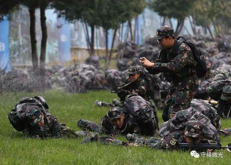 行进在河北怀来靠近北京延庆的公路上时进入防空袭警报环节,营员们卧倒在草坪上,一位带队老师用手机拍摄下此刻的场景。