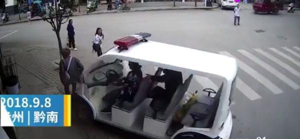 贵州女城管驾执法车冲上人行道撞死老人 已被停职