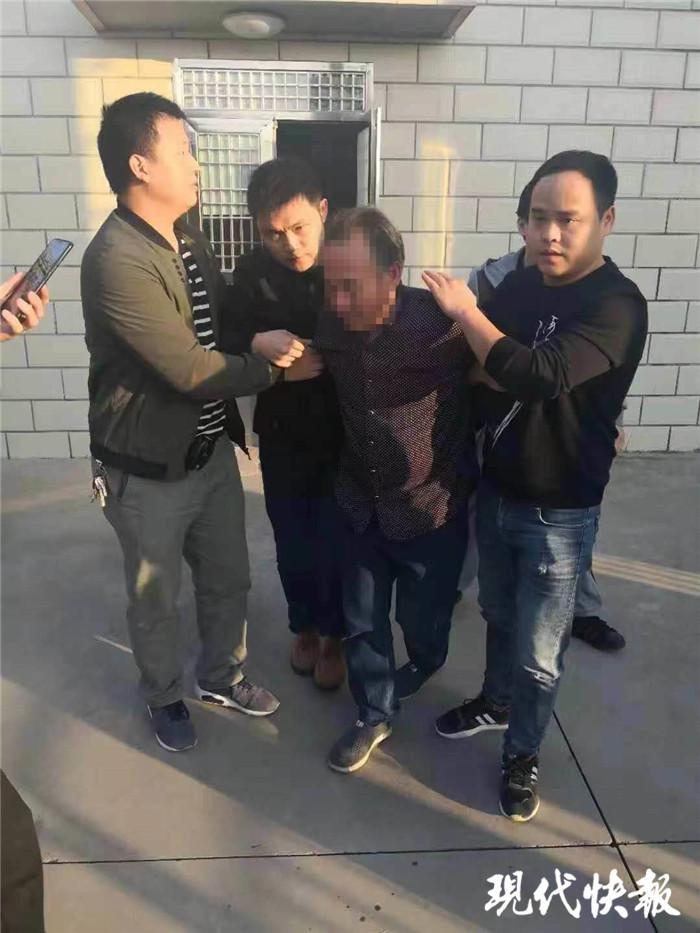 """男子被从族谱""""踢出来"""" 枪击村书记潜逃25年被捕"""