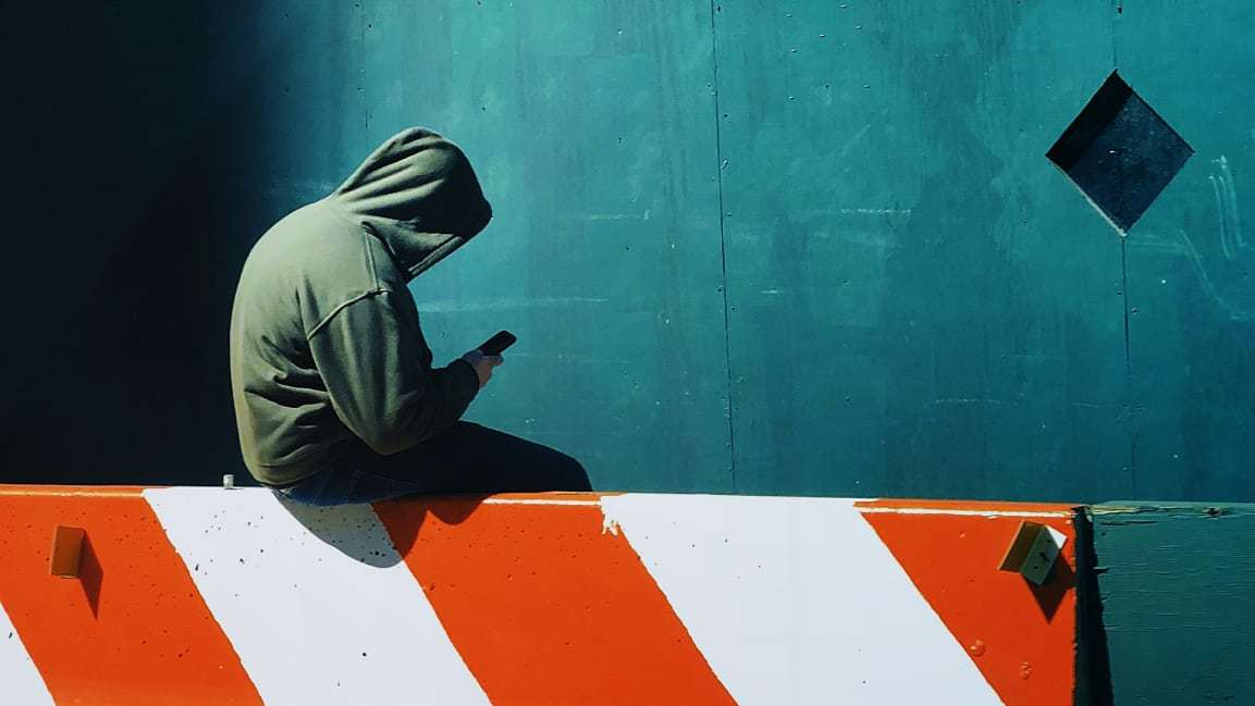 通用汽车不想让员工当低头族. 在公司走路时不能用手机