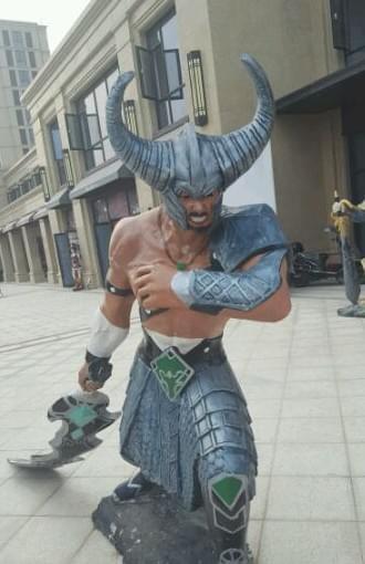 《英雄联盟》街头雕塑不忍直视 众英雄丑绝人寰