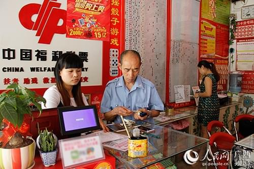 广西福彩姐妹花独到经营 特色手工装饰促销量