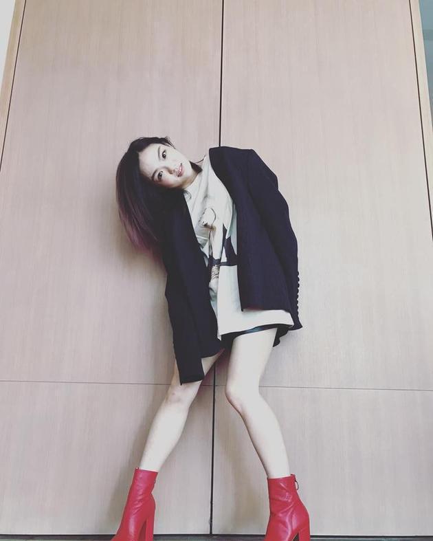 徐佳莹晒细腿