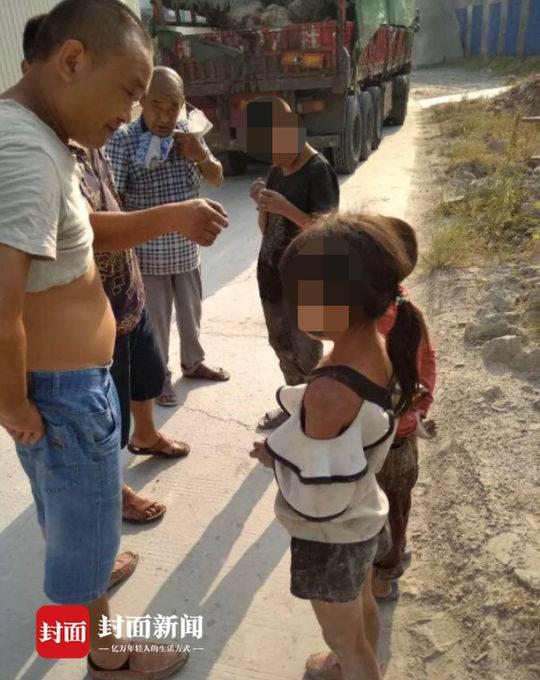贵州三小孩高速路偷爬货车到四川 只为了找爸爸