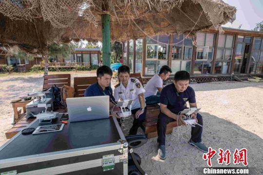 广西海陆空巡查打击非法快艇 安全转移22名游客