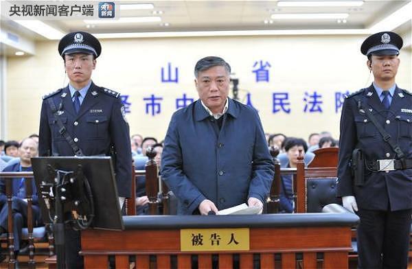 """前政坛""""常青树""""搞权钱色交易 接受外籍女技师招待"""