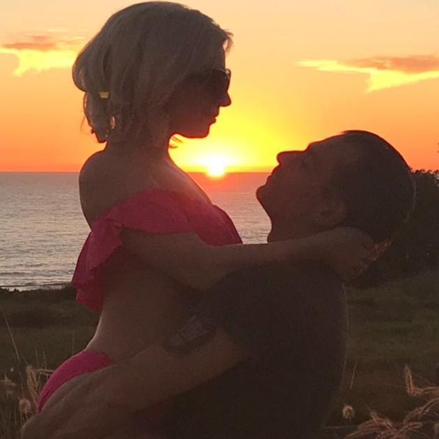 Lady Gaga和男友落日下相拥 唯美又甜蜜
