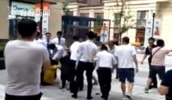 外卖小哥因违停与保安引发冲突 拿30公分长刀追砍