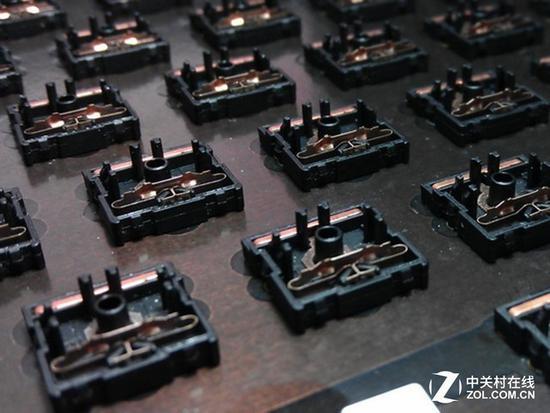 目前,使用cherry ml轴的机械键盘已经很少见了,经典款之一就是上图的