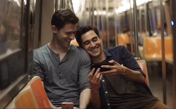 [视频]iPhone 7宣传片男男头靠肩超亲密 网友:这很库克